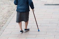 femme âgée marchant avec le bâton dans la rue sur la vue arrière image libre de droits