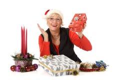 Femme âgée moyenne gaie, cadeaux de Noël Images libres de droits