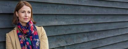 Femme âgée moyenne réfléchie attirante en dehors de bannière de Web de panorama image libre de droits