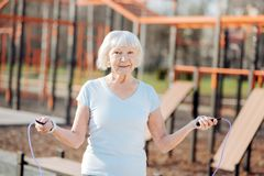 Femme âgée par alerte sautant sa corde Photo stock