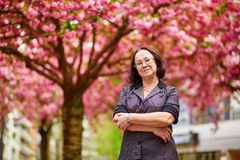 Femme âgée par milieu à Paris Photographie stock libre de droits