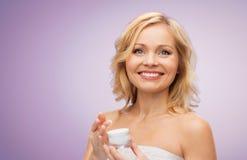 Femme âgée par milieu heureux avec le pot crème photographie stock libre de droits