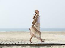 Femme âgée par milieu insouciant marchant nu-pieds Image stock