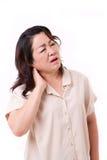 Femme âgée par milieu souffrant de la douleur cervicale Photo libre de droits