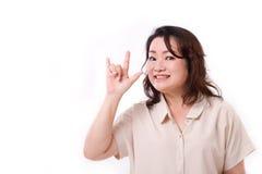 Femme âgée par milieu soulevant le signe de main d'amour Photographie stock libre de droits