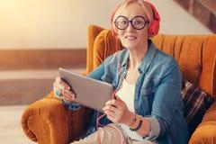 Femme âgée par positif employant des technologies modernes Images stock