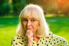 Femme âgée pensive photographie stock libre de droits
