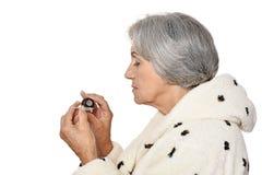 Femme âgée prenant des pillules Image libre de droits