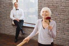 Femme âgée romantique jacassant le ballet dans le studio d'art Image stock