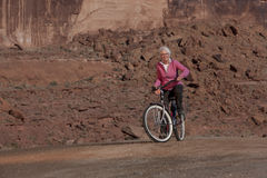 Femme âgée souriant sur un vélo Photo libre de droits