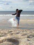 Femme éclaboussant en mer Photo stock
