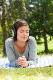 Femme écoutant de la musique Photo libre de droits