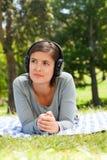 Femme écoutant de la musique Images stock