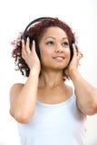 Femme écoutant des écouteurs Photo stock