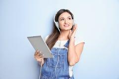 Femme écoutant l'audiobook par des écouteurs Image libre de droits