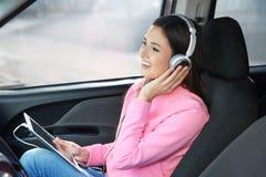 Femme écoutant l'audiobook par des écouteurs Images libres de droits