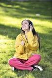 Femme écoutant la musique Photographie stock libre de droits