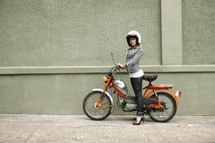 Femme élégant avec le vélomoteur photo libre de droits