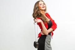 Femme élégante à la mode dans livrer rouge chic d'équipement et de chapeau Photographie stock libre de droits