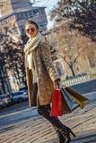 Femme élégante à Milan, en Italie examinant la distance et la marche Photos libres de droits