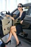 Femme élégante avec de longues pattes dans le véhicule Photos stock