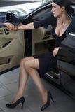Femme élégante avec de longues pattes dans le véhicule Photos libres de droits