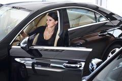Femme élégante avec de longues pattes dans le véhicule Image libre de droits