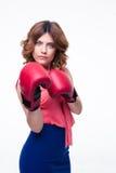 Femme élégante avec du charme avec des gants de boxe Images stock
