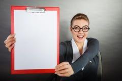 Femme élégante avec le presse-papiers vide Photo stock