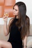 Femme élégante avec un verre de vin photos libres de droits