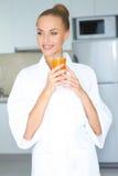 Femme élégante buvant du jus d'orange sain photo stock