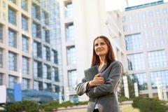 Femme élégante d'affaires avec des notes Image libre de droits
