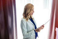 Femme élégante d'affaires en voyage d'affaires image stock
