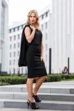 Femme élégante d'affaires se tenant au centre proche intégral de bureau Photographie stock