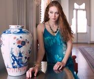 Femme élégante dans l'arrangement de fantaisie Image stock