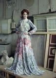Femme élégante dans la robe romantique Photo stock