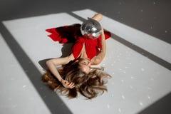 Femme élégante dans la robe rouge posant d'une manière sensuelle Image stock