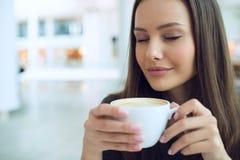 Femme élégante dans une pause-café image libre de droits