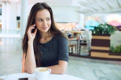 Femme élégante dans une pause-café photos libres de droits