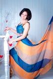 Femme élégante dans une robe de flottement lumineuse Photo stock
