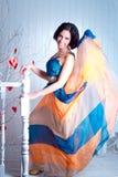 Femme élégante dans une robe de flottement lumineuse Images stock