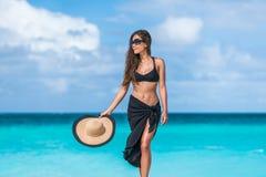 Femme élégante de bikini de tenue de plage avec des lunettes de soleil de chapeau Images libres de droits