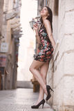Femme élégante de brune attrayante ayant l'amusement appréciant l'été, rire et sourire heureux pendant le voyage de vacances de v photos libres de droits