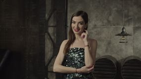 Femme élégante de charme regardant le vamp et l'attrait banque de vidéos