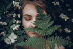 Femme élégante de hippie avec l'embrassement de feuille de fougère WI de portrait de fille images stock