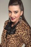 Femme élégante de mode chez le sourire animal de manteau d'impression Photo libre de droits