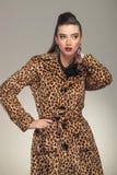 Femme élégante de mode tenant sa main sur son cou Photos stock