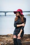 Femme élégante de portrait de mode jolie extérieure Mode de rue Chapeau rouge images stock