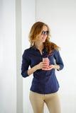 Femme élégante de sourire dans des lunettes de soleil avec un smoothie de pot dans des ses mains Images libres de droits