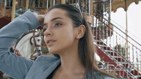 Femme élégante en parc d'attractions, enlevant des lunettes de soleil, récréation de week-end clips vidéos